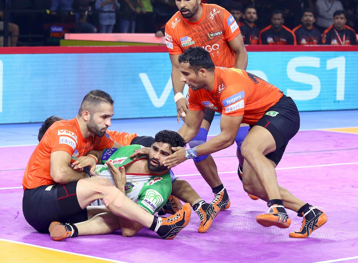 Pardeep tackled by U Mumba defenders