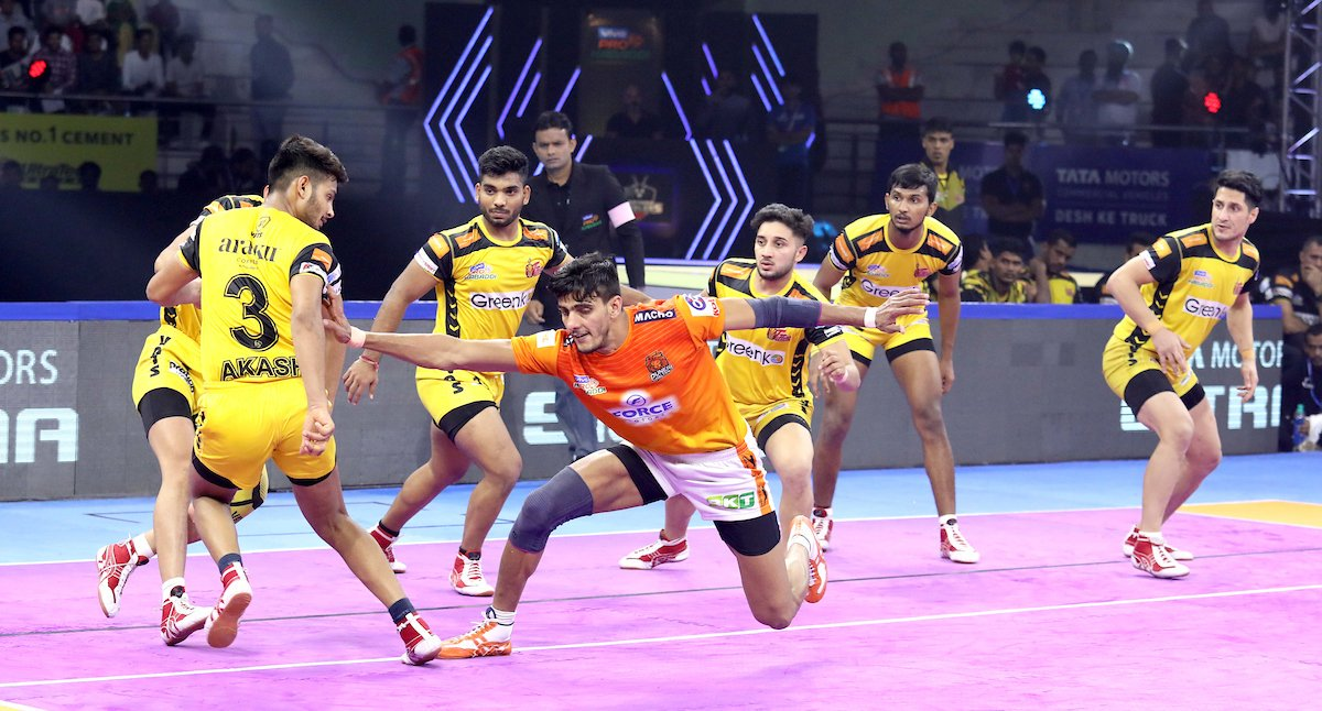 Manjeet gets a running touch point on Titans' player