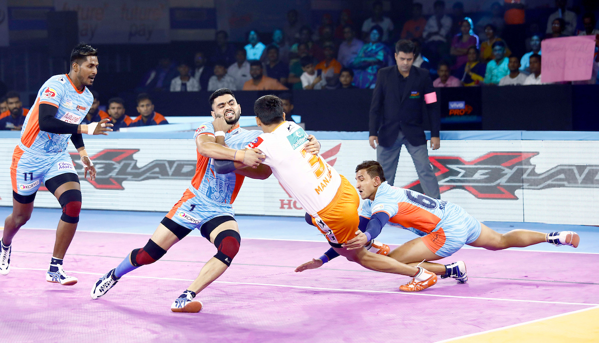 Mnajeet tackled by Bengal Warriors