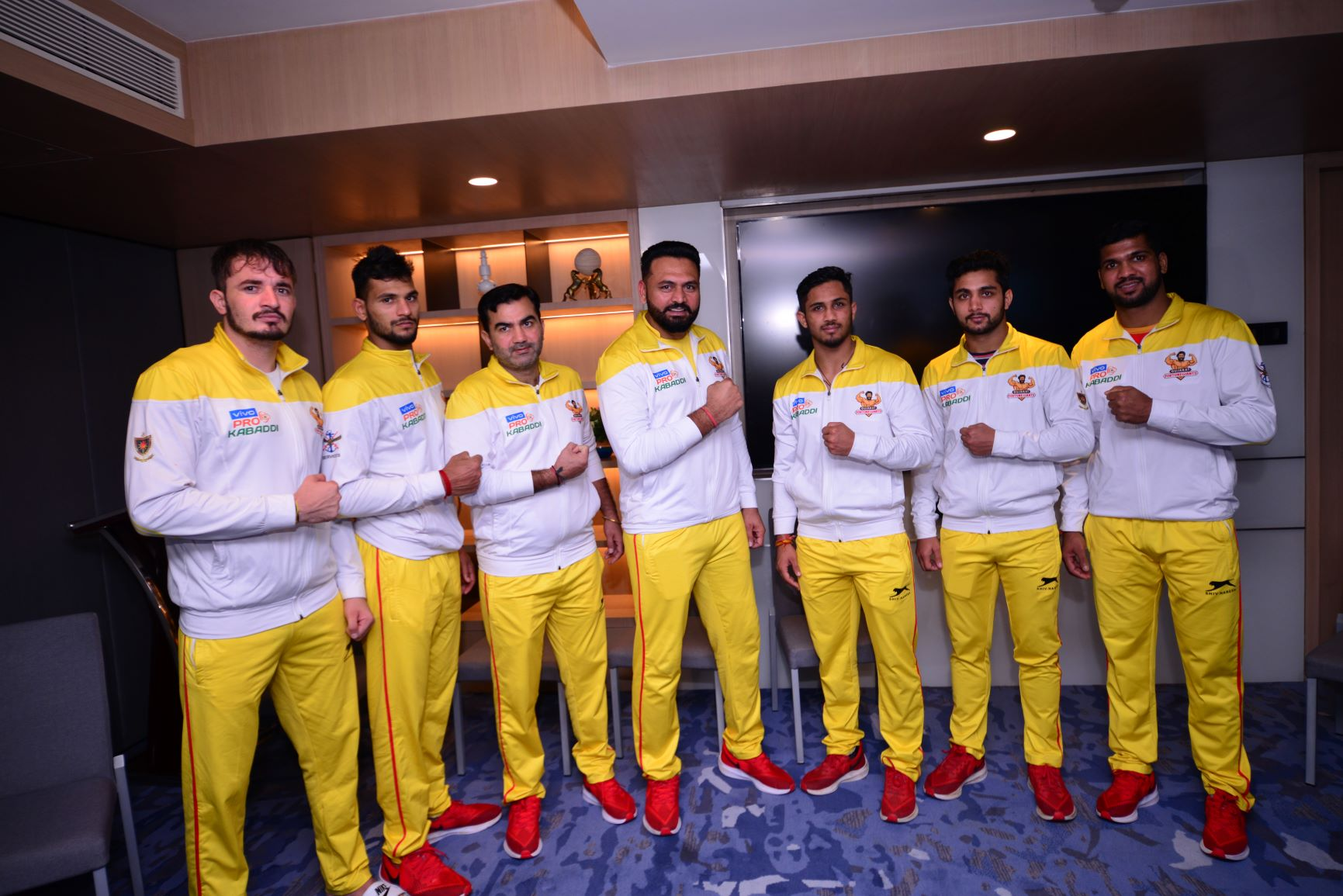 Gujarat fortunegiants coach with players