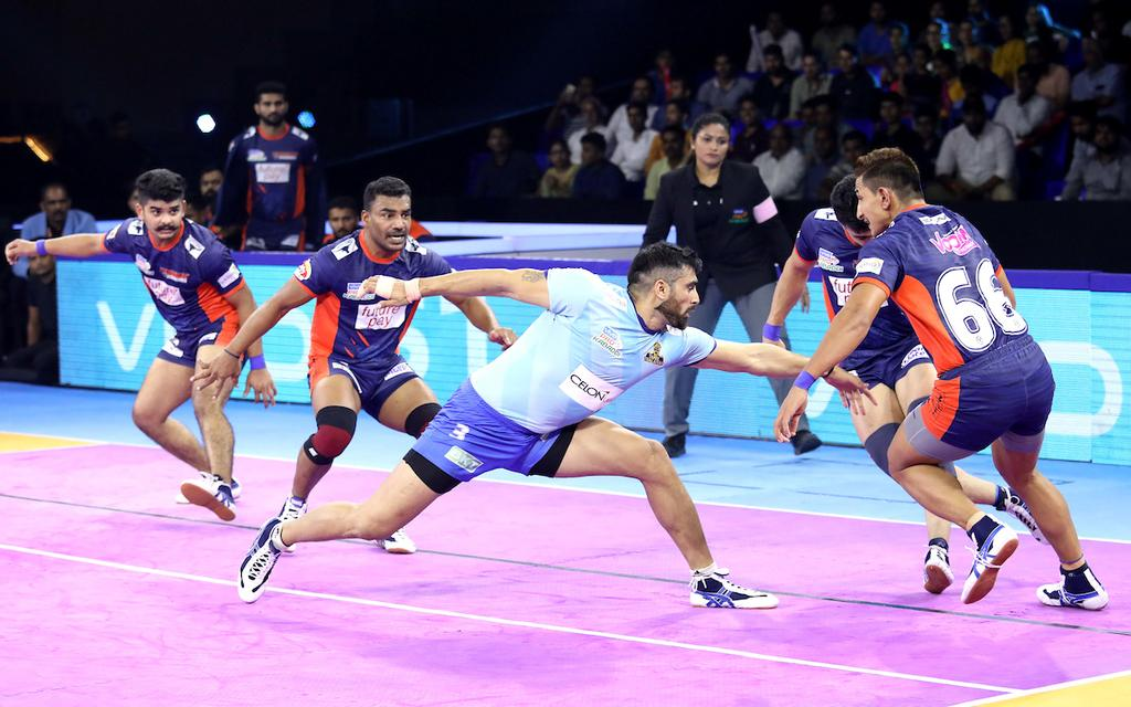 Rahul Chaudhari raiding against Bengal Warriors