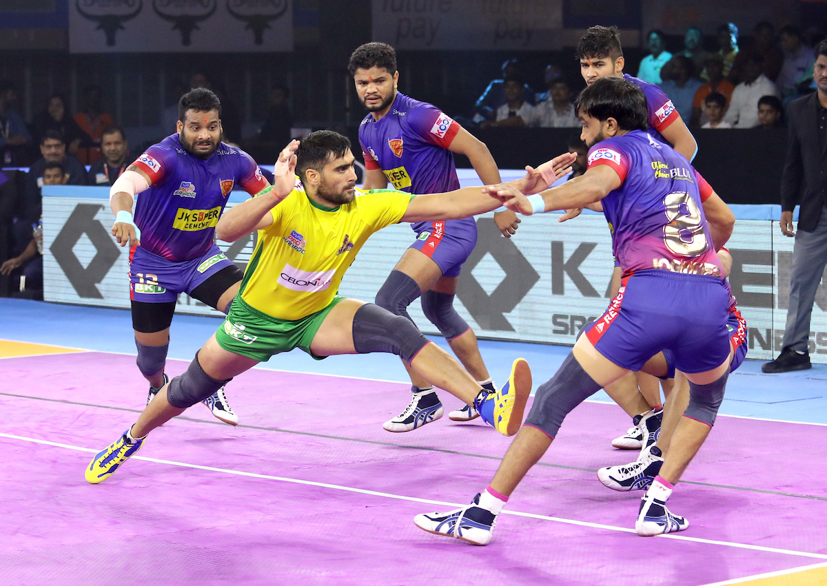 Rahul Chaudhari raiding against Dabang Delhi