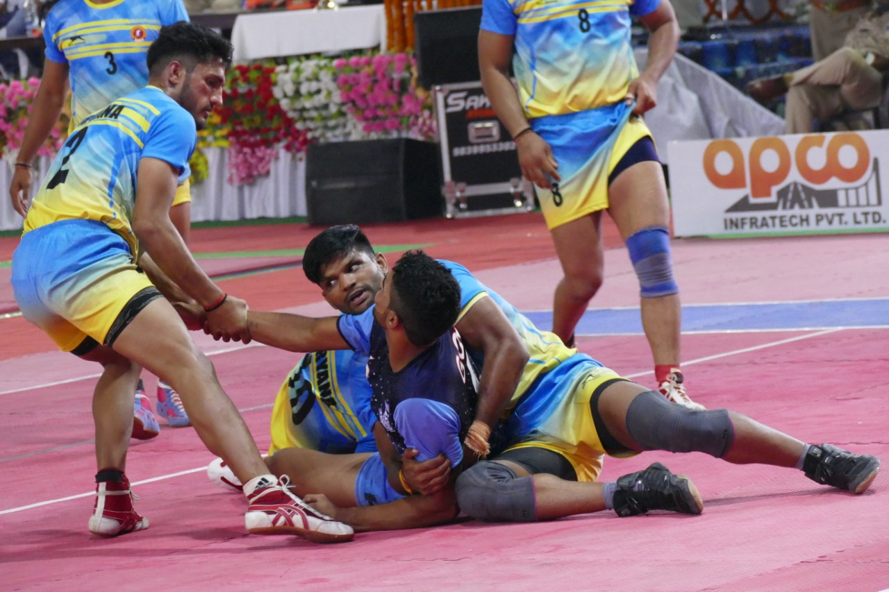 Kabaddi action from Senior National
