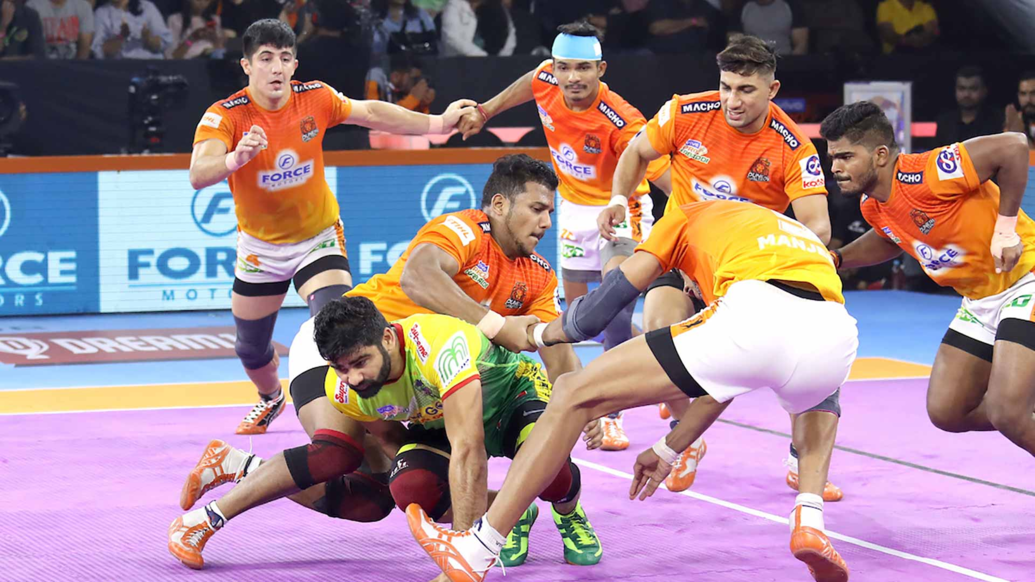 Pardeep Narwal performing Dubki, results in Multi point raid. Iamge courtesy: Pro Kabaddi