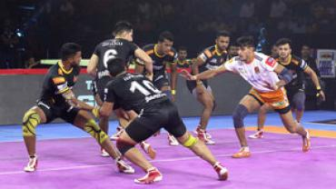 Puneri Paltan raider against Telugu Titans