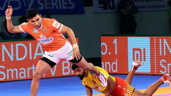 Nitin Tomar in action for Puneri Paltan